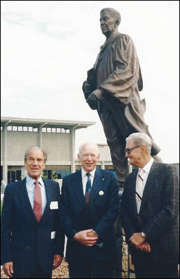 2'Neill with the Bunnell statue on UAF campus